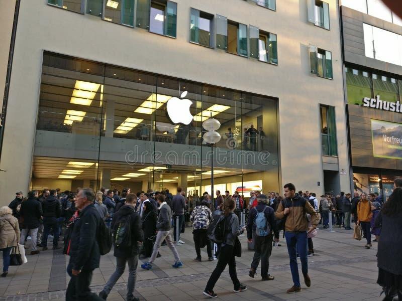 Un autre jour, un autre lancement de pomme images stock