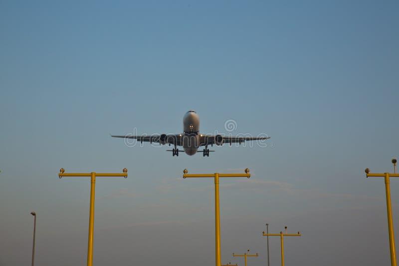 Un avión de Boeing que entra en la tierra fotos de archivo libres de regalías