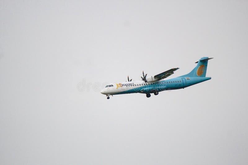 Un avión del turbopropulsor en su acercamiento de aterrizaje foto de archivo