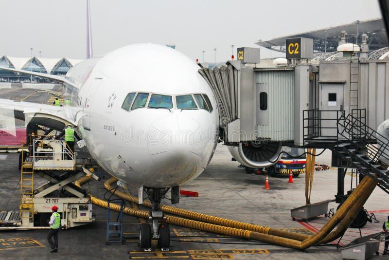 Un avión en el aeropuerto fotos de archivo libres de regalías