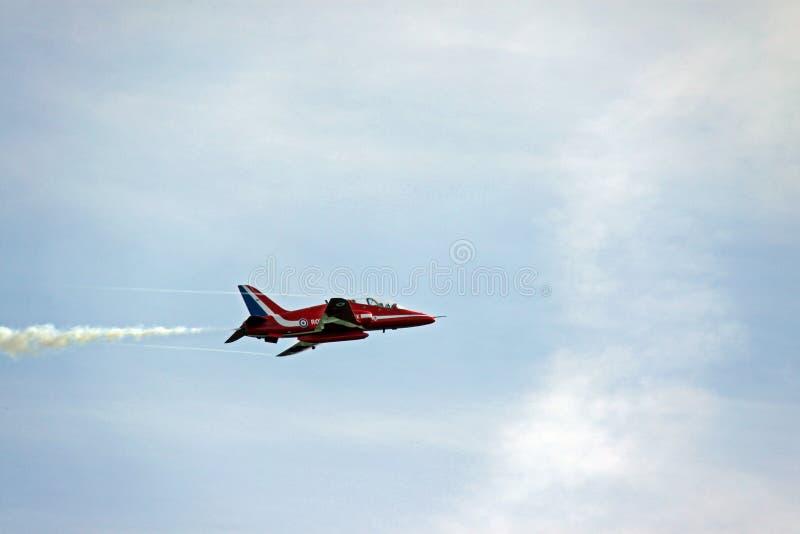 Un avion à réaction rouge de l'Armée de l'Air des flèches RAF photographie stock libre de droits