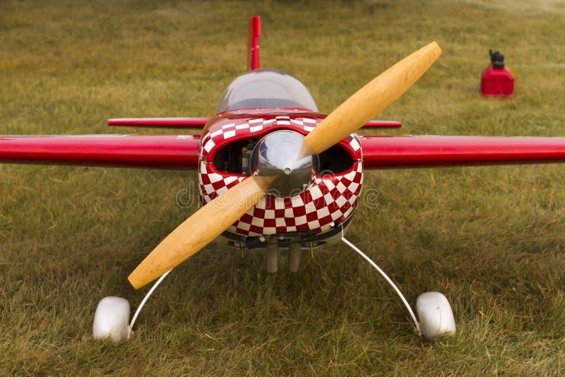 Un avion à télécommande rouge au sol photo libre de droits