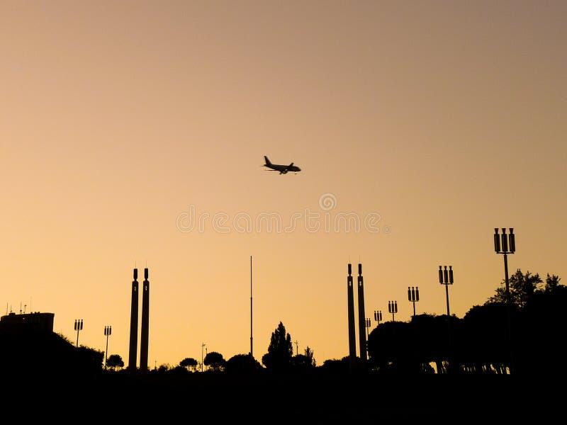 Un avion au-dessus d'un parc images stock