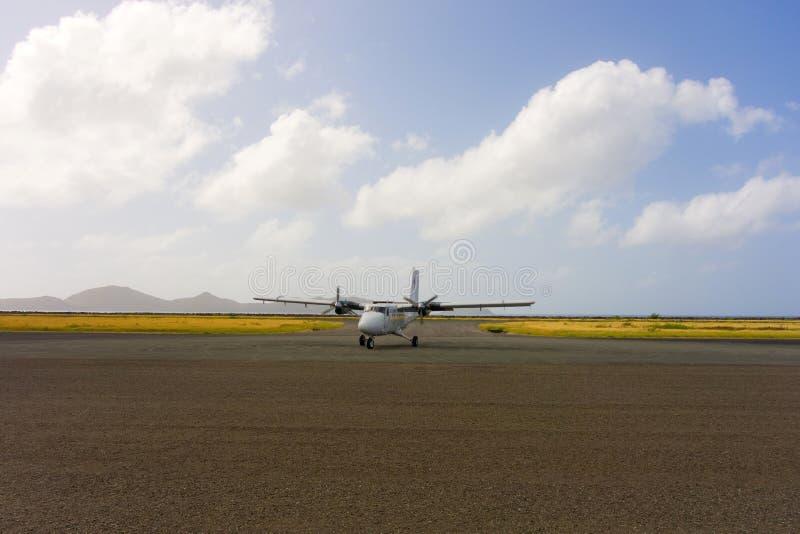 Un avion de arrivée d'avion de charte à un aéroport dans les grenadines photo libre de droits