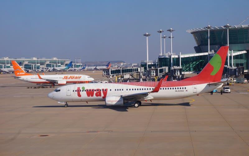 Un avion de Boeing 737-83N de ligne aérienne bonne marchée coréenne TWay TW images stock