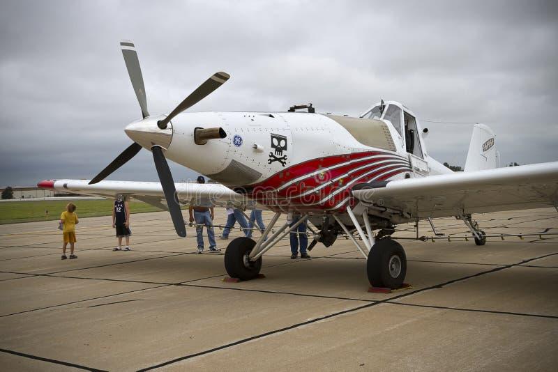 Un avion de chiffon de culture sur le macadam photos libres de droits