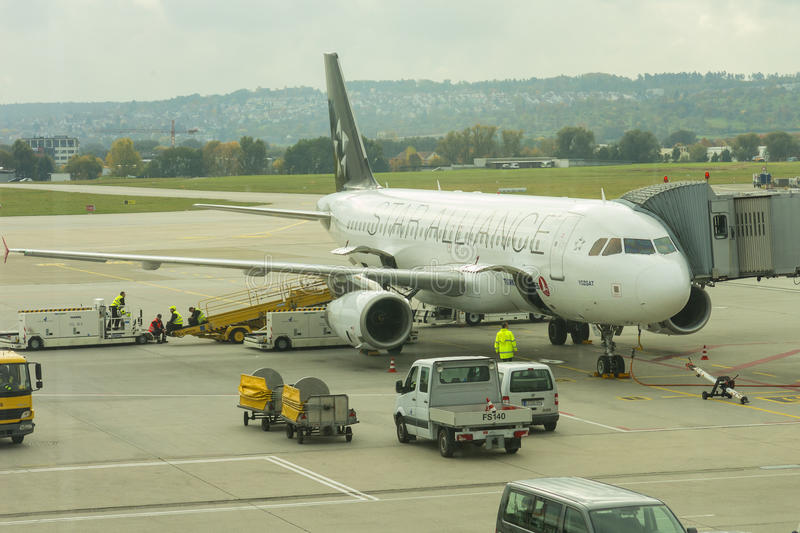 Un avion de début Alliance à l'aéroport international de Stuttgar photo stock