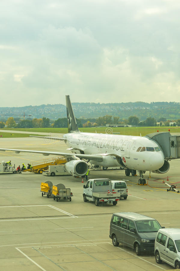 Un avion de début Alliance à l'aéroport international de Stuttgar images libres de droits