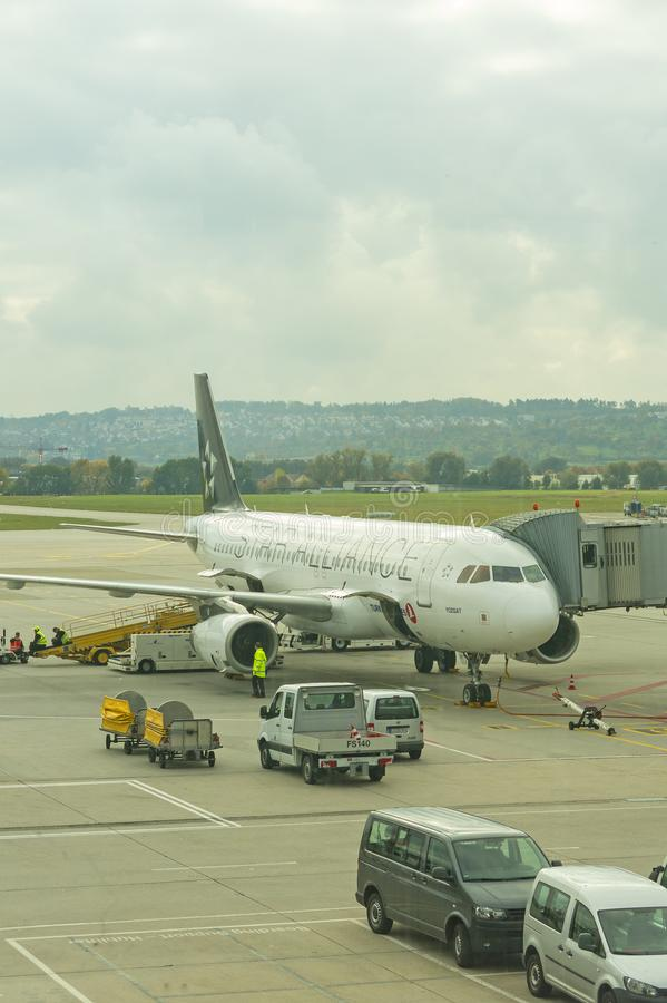 Un avion de début Alliance à l'aéroport international de Stuttgar photos stock