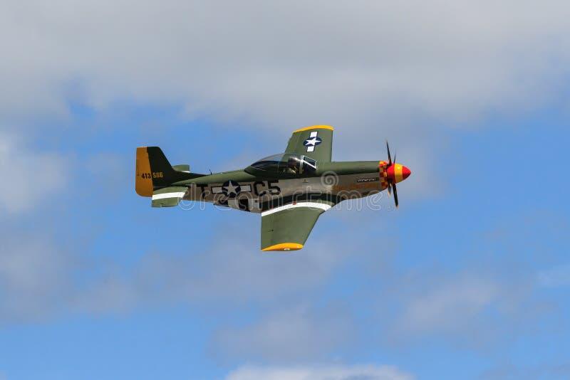 Un avion du titan T-51, une reproduction d'échelle du mustang P-51, dans le ciel photo libre de droits