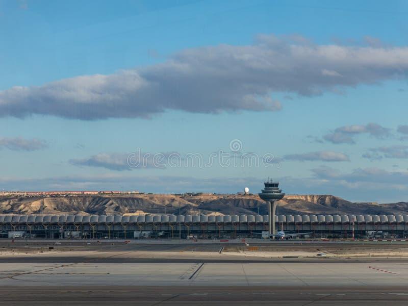 Un avion prépare pour enlever sur la piste du terminal T4 l'annonce photographie stock libre de droits