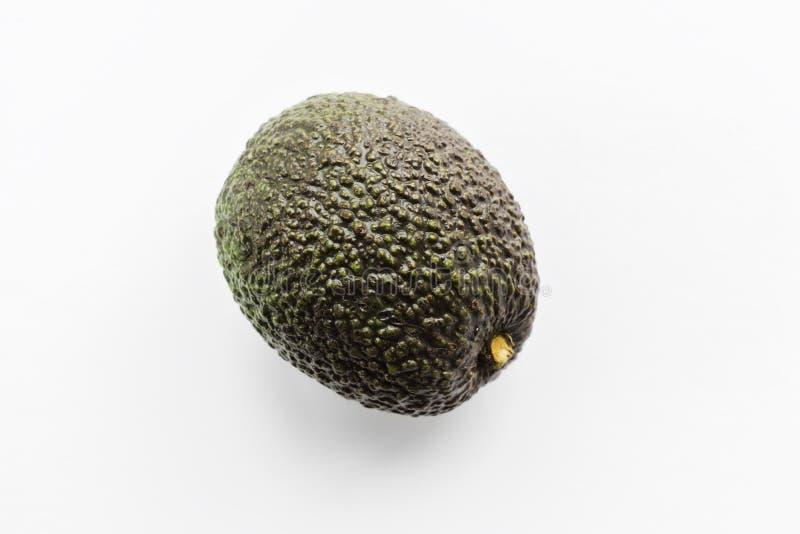 Un avocado maturo su fondo bianco fotografie stock