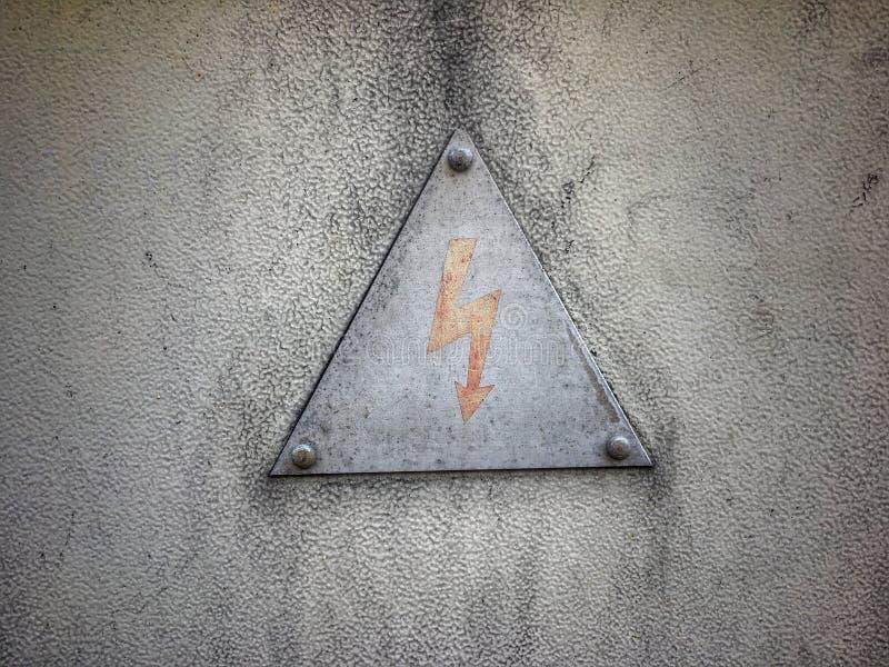 Un avvertimento del segno dei pericoli della folgorazione fotografia stock