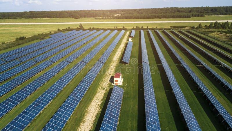 Un'azienda di produzione di energia solare che produce energia pulita rinnovabile dal sole. Migliaia di pannelli solari, celle sol fotografia stock
