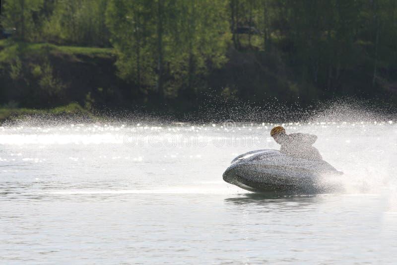 Un azionamento dell'uomo sull'inseguimento ad alta velocità sul jet ski immagini stock