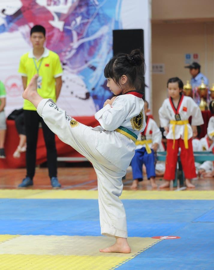 Un'azione piacevole da una piccola ragazza del Taekwondo immagine stock libera da diritti