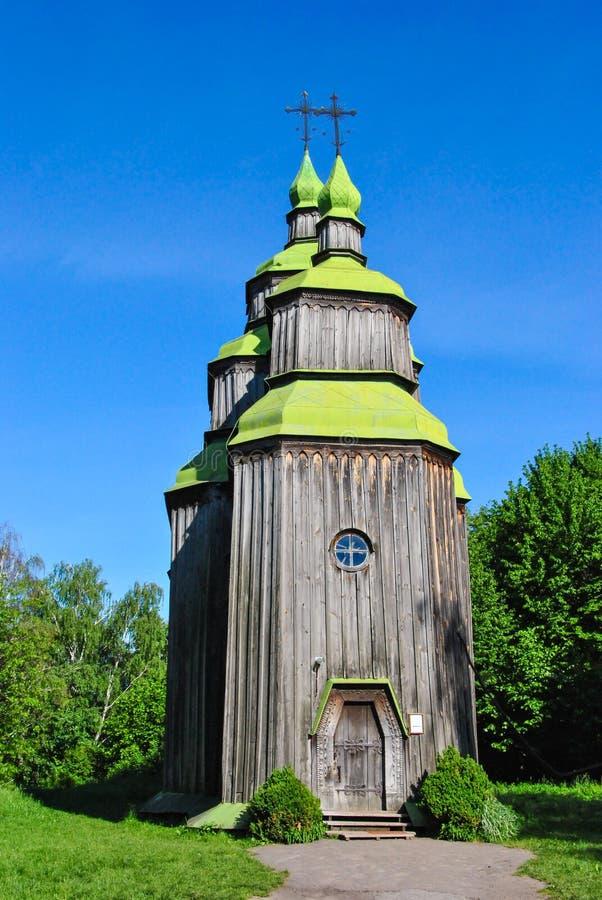 Un bâtiment d'église en bois au musée de l'architecture nationale ukrainienne dans le village de Pirogovo image libre de droits