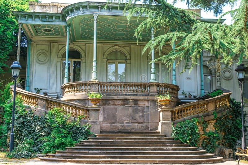 Un bâtiment historique en parc sur l'avenue de Rustaveli Tbilisi photos stock