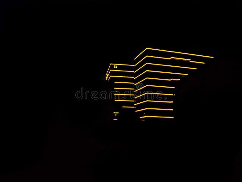 Un bâtiment jaune dans la nuit photos stock