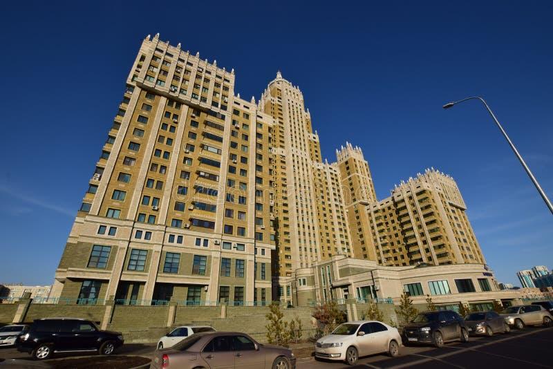 Un bâtiment résidentiel appelé Triumph d'Astana photographie stock libre de droits