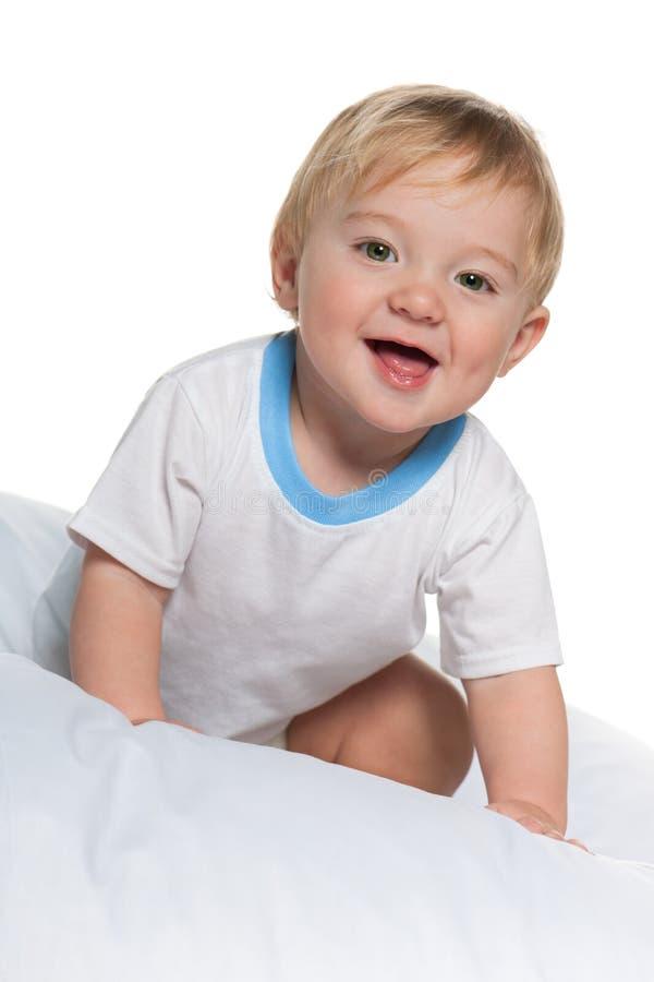 Bébé dans le lit images stock