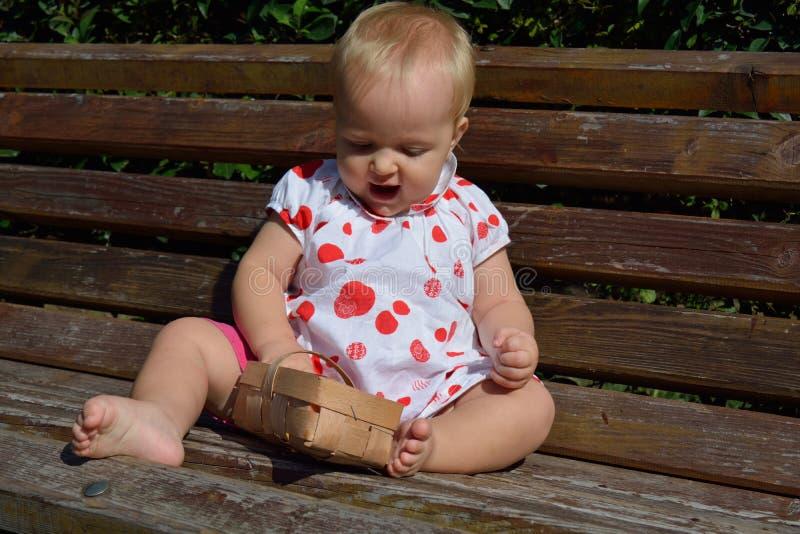 Un bébé prend la pomme du panier photographie stock