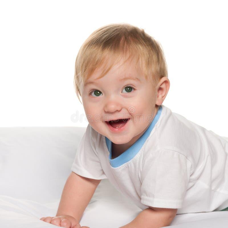 Bébé riant dans le lit photographie stock