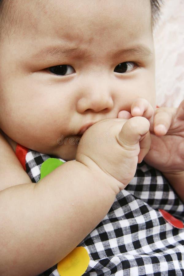 Un bébé timide images stock