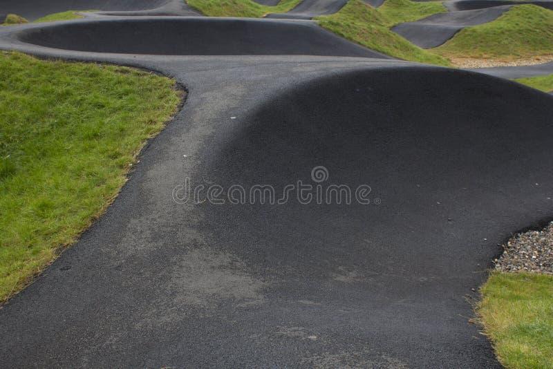 Un b M Bancos y curvas del circuito de carreras x foto de archivo libre de regalías
