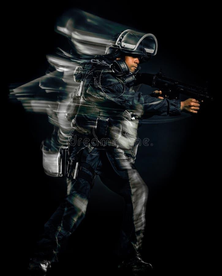 Un backg negro aislado hombre táctico de las fuerzas del golpe violento de la policía del soldado imágenes de archivo libres de regalías