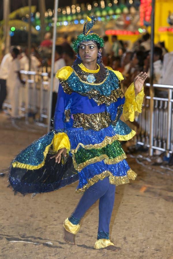 Un bailarín colorido del pavo real se realiza en el festival de Kataragama en Sri Lanka foto de archivo