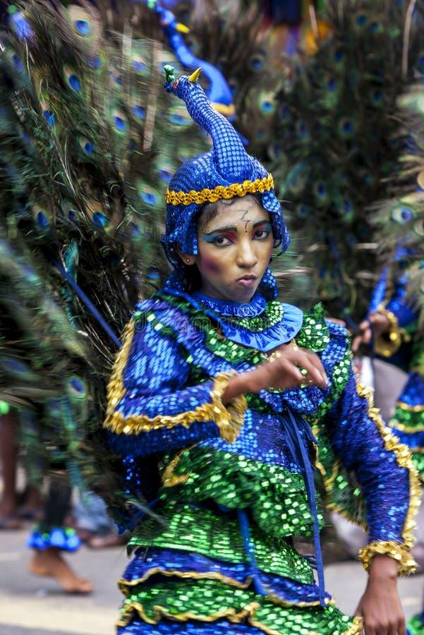 Un bailarín colorido vestido del pavo real se realiza durante el Hikkaduwa Perahera imagen de archivo libre de regalías