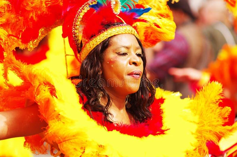Un bailarín de la calle en el carnaval de Londres Notting Hill fotos de archivo