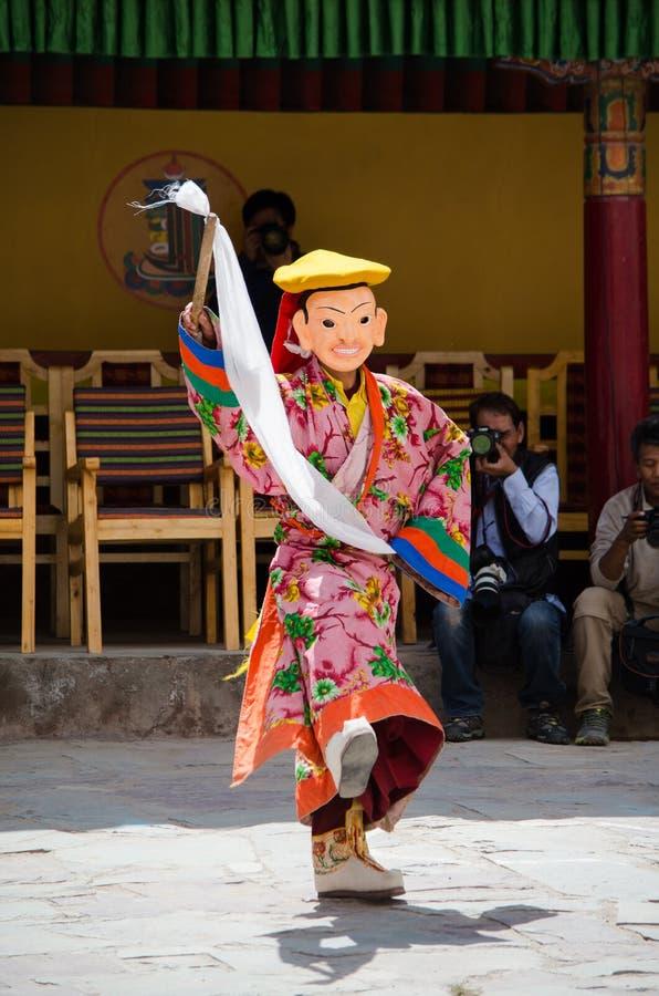 Un bailarín enmascarado en el traje tradicional de Ladakhi que se realiza durante el festival anual de Hemis fotografía de archivo