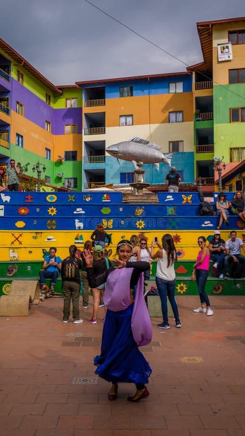 Un bailarín local de la mujer que se realiza en las calles de Guatapé foto de archivo