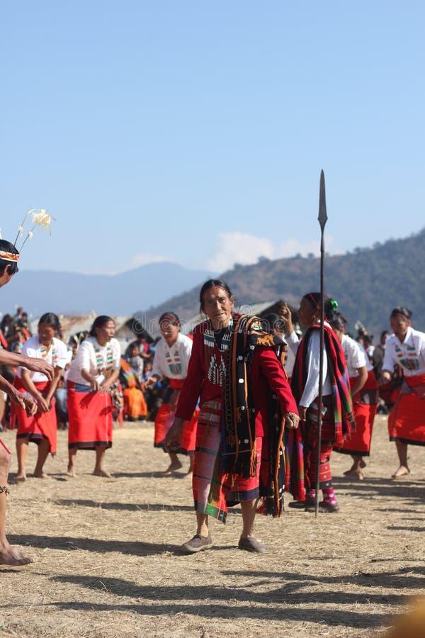 Un baile mayor de la mujer de Tangkhul con una compañía de la danza en un festival imágenes de archivo libres de regalías