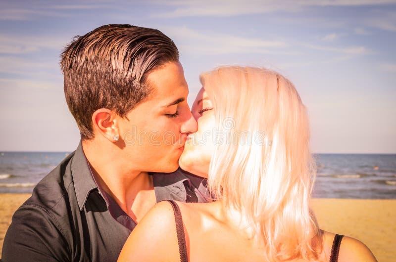 Un baiser sur la plage photo stock