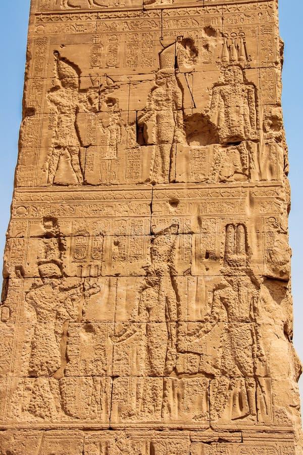 Un bajorrelieve que representa la diosa Hathor y a dios Horus Egipto, Dendera, el templo egipcio antiguo de Dendera o temporeros  fotografía de archivo