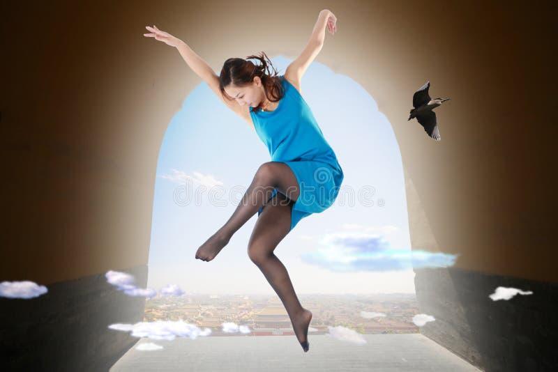 Un ballerino della donna sta ballando nel cielo. immagini stock