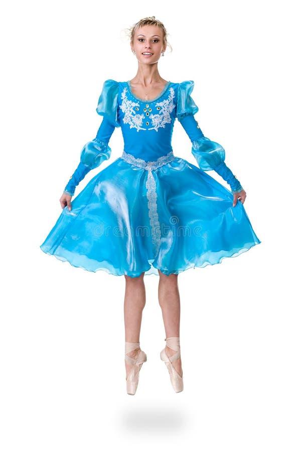 Un ballerino di balletto caucasico della ballerina della giovane donna che salta sul fondo bianco fotografie stock libere da diritti