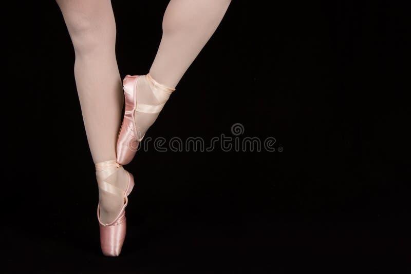 Un ballerino di balletto che sta sulle dita del piede mentre ballando conversi artistico fotografie stock