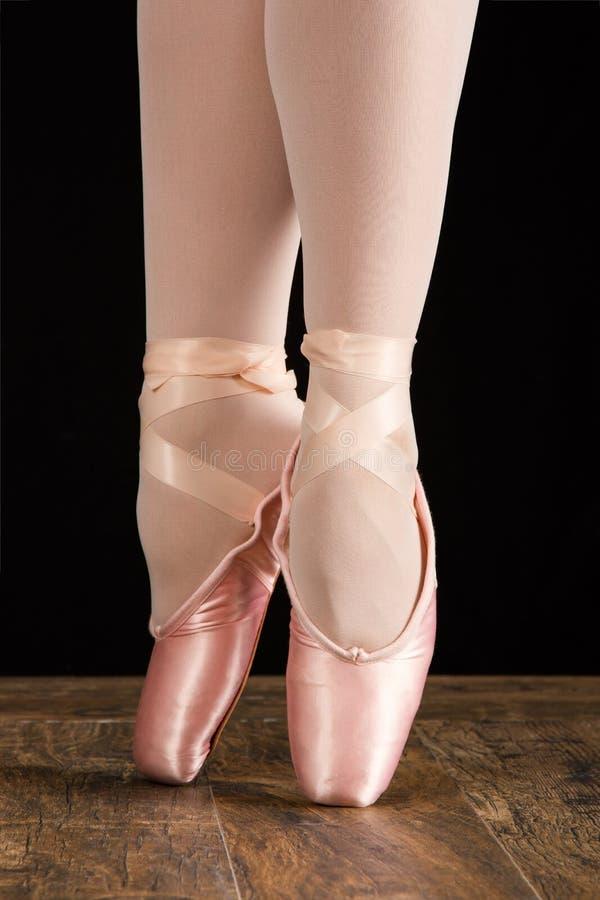 Un ballerino di balletto che sta sulle dita del piede mentre ballando conversi artistico immagine stock libera da diritti