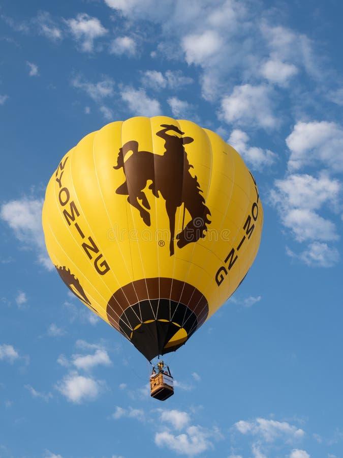 Un ballon à air chaud du Wyoming avec opposer le vol de Bronco au grand ciel images libres de droits