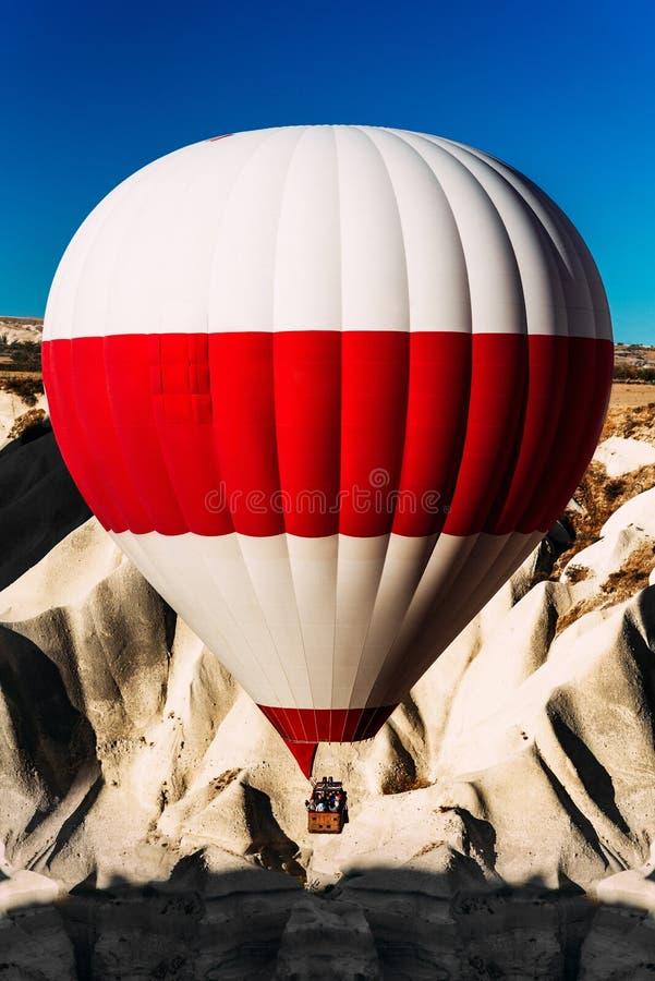 Un ballon isol? dans le ciel au-dessus des montagnes Ballons dans le ciel au-dessus de Cappadocia au lever de soleil D?placement  photographie stock