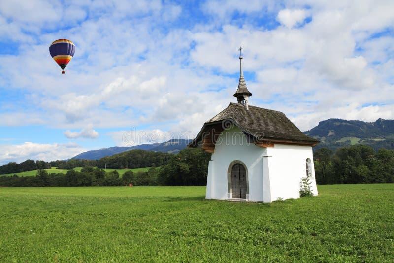 Un ballon vole au-dessus de la chapelle images libres de droits
