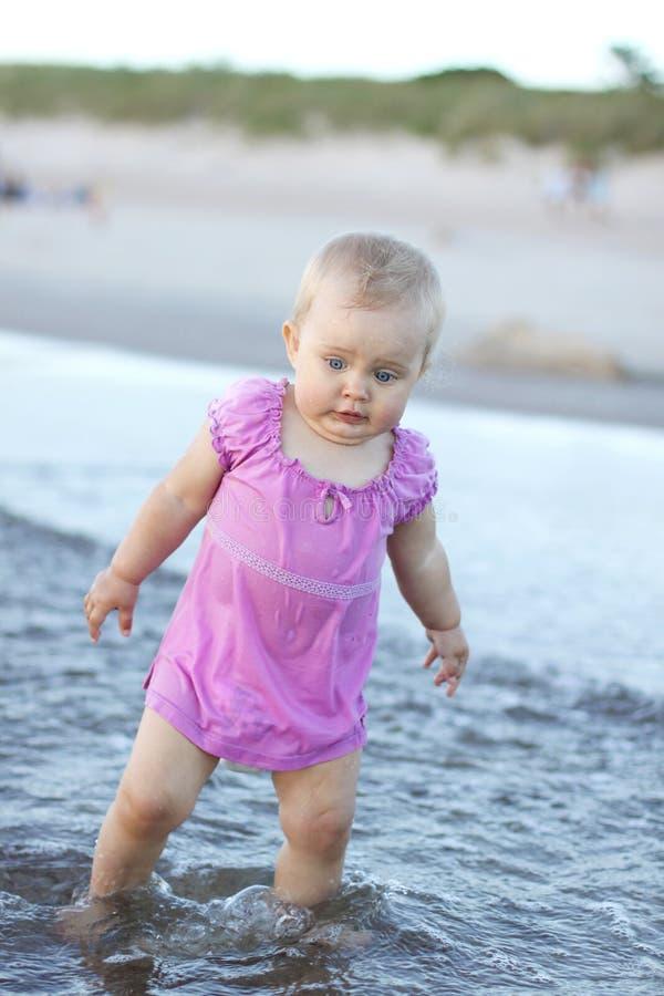 Un bambino in acqua fotografia stock