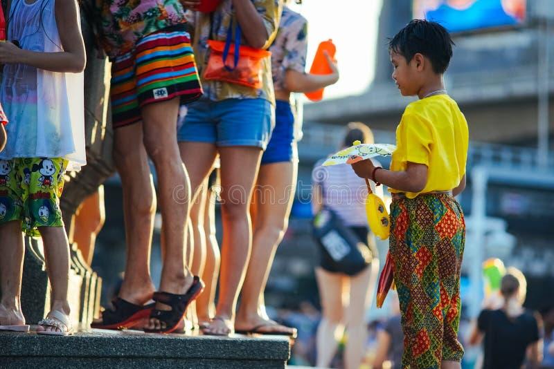 Un bambino aspetta la coda per riempire la sua pistola a acqua fotografia stock libera da diritti