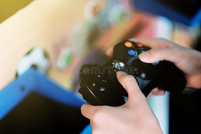 Un bambino che gioca gioco fotografie stock