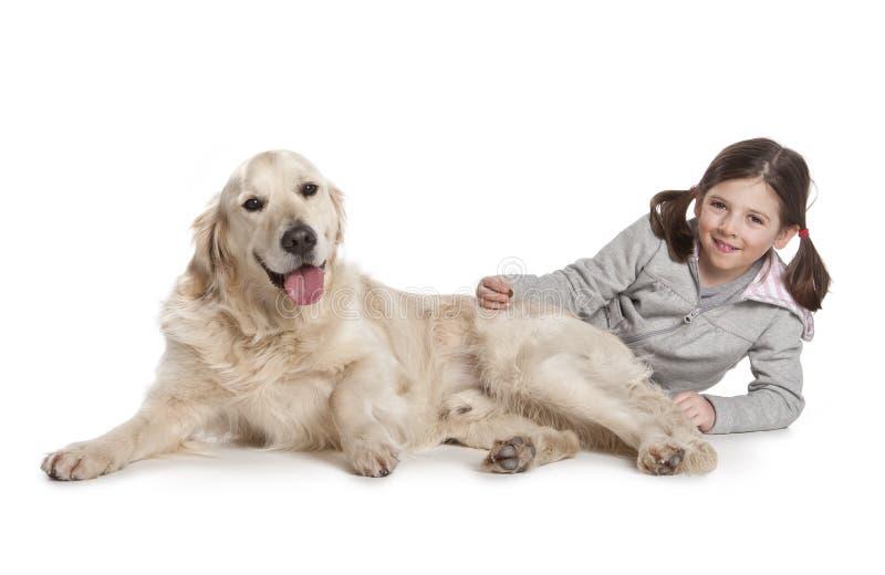 Un bambino con il suo cane immagini stock libere da diritti