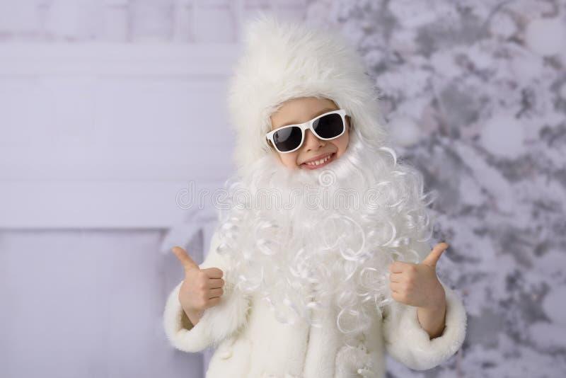 Un bambino con l'albero di Natale e dei regali di Natale immagine stock libera da diritti